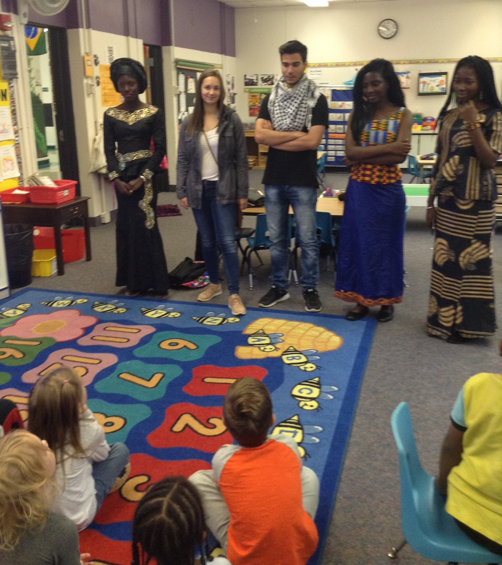 Kindergarteners meeting AFS students.